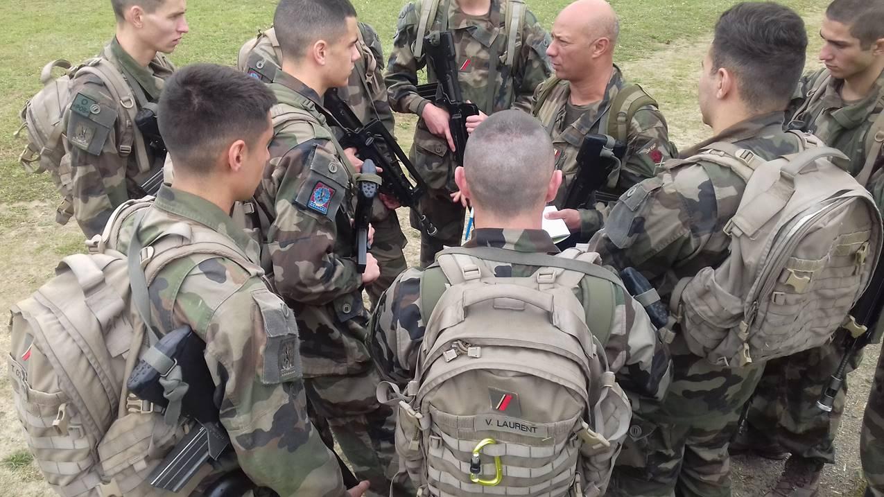 35rap  6 mcf micat - briefing par cdg sur le terrain.jpg